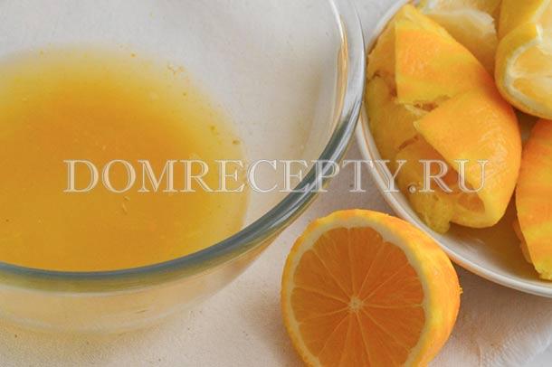 С одного лимона снимаем цедру, из всех выдавливаем сок