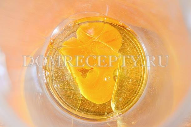 Соединяем растительное масло и яйцо