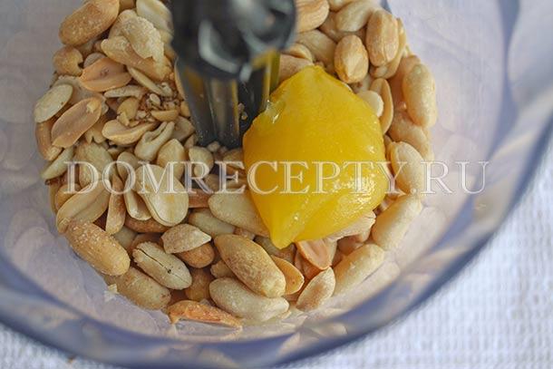 Отправляем в блендер обжаренный арахис, мед и соль
