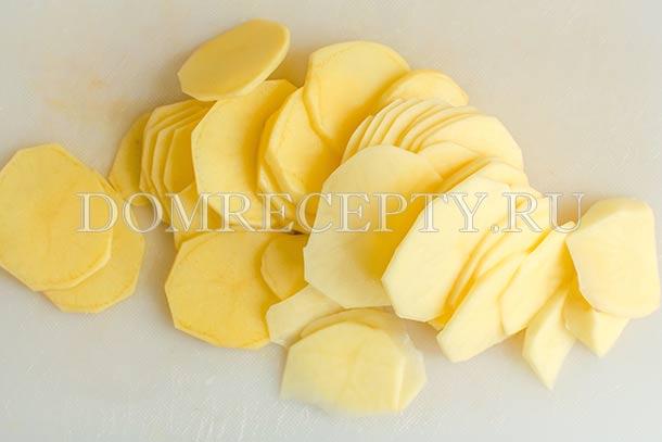 Нарезаем картофель тонкими пластинами