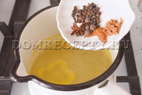 Добавляем специи в воду с медом