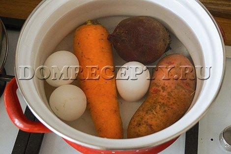 Отвариваем овощи и яйца