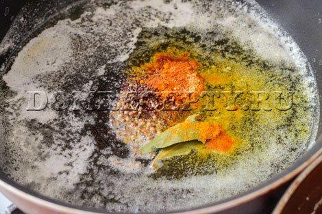 В нагретое масло добавляем все специи, кроме соли