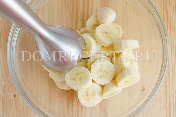 Измельчаем бананы блендером
