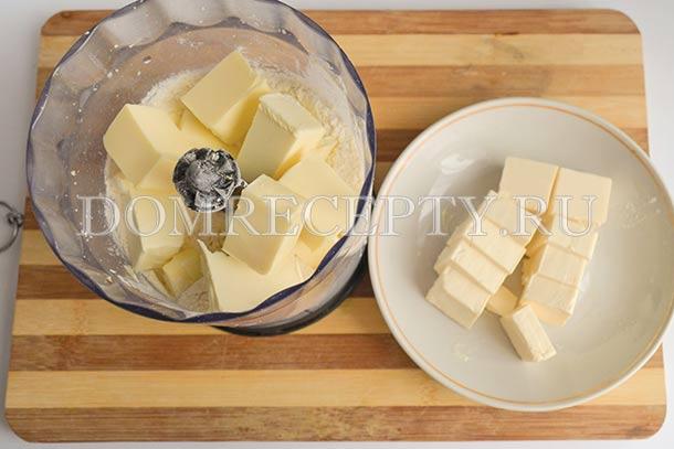 Отправляем муку, плавленый сыр и масло в блендер
