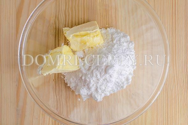 Смешиваем сахарную пудру и размягченное масло