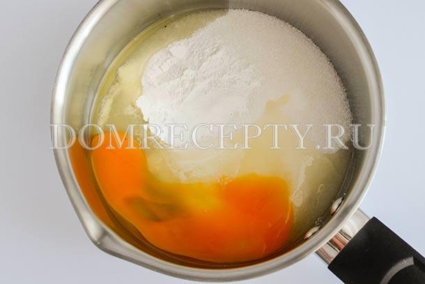 Смешиваем яйцо с сахаром и крахмалом