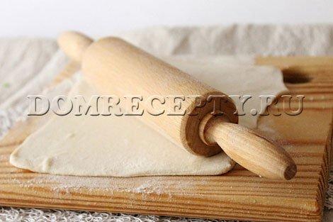 Шаг 1 - Раскатываем размороженное слоеное тесто