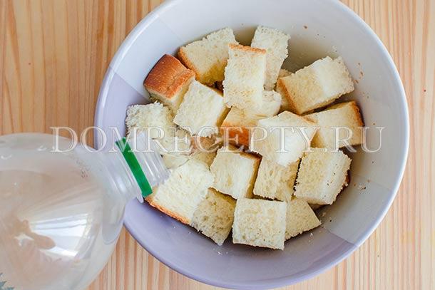 Заливаем водой нарезанный суп
