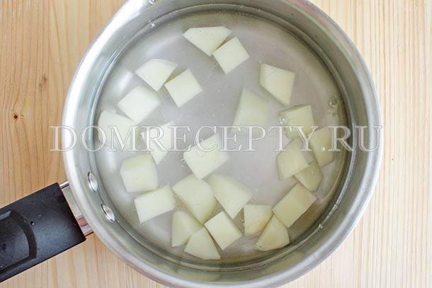 Заливаем нарезанный картофель водой