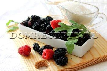 Шаг 1 - Перебираем ягоды шелковицы и малины