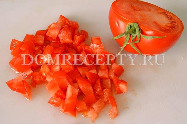 Нарезаем половинку помидора