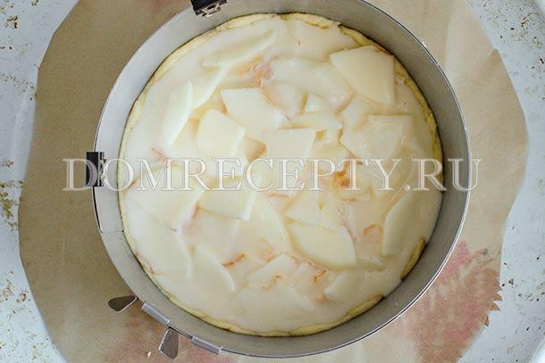 Добавляем сметанную заливку к яблокам