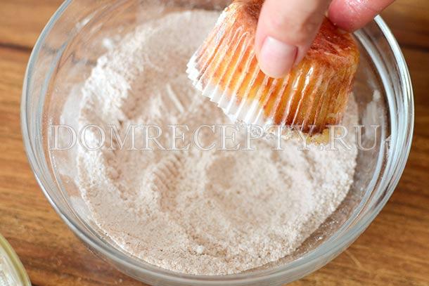 Обмакиваем маффины в сахарную пудру с корицей