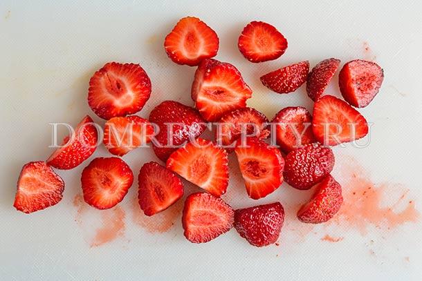 Разрезаем ягоды пополам