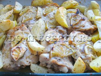 Запекаем бедра с картофелем в духовке