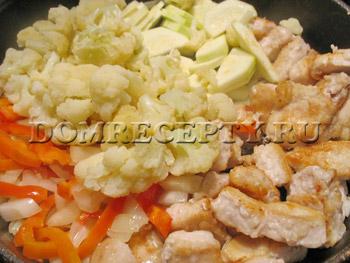 Добавляем кабачок, цветную капусту и бульон