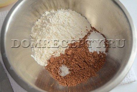 Смешиваем какао, муку, соль и разрыхлитель