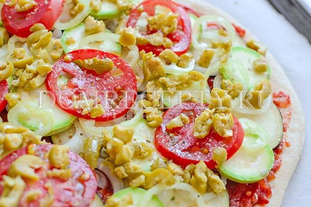 Выкладываем помидоры и оливки, посыпаем специями