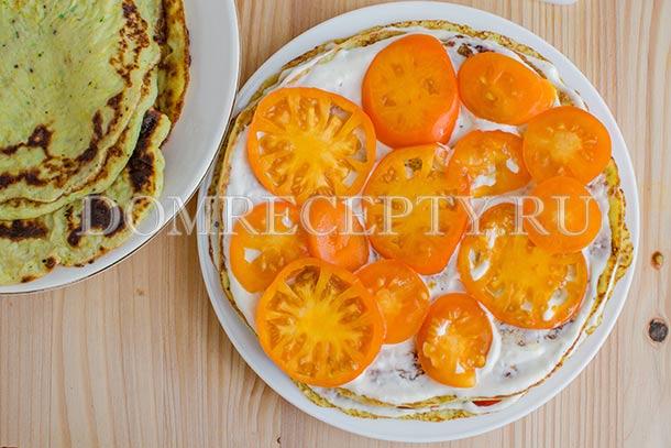 Выкладываем кружочки помидор