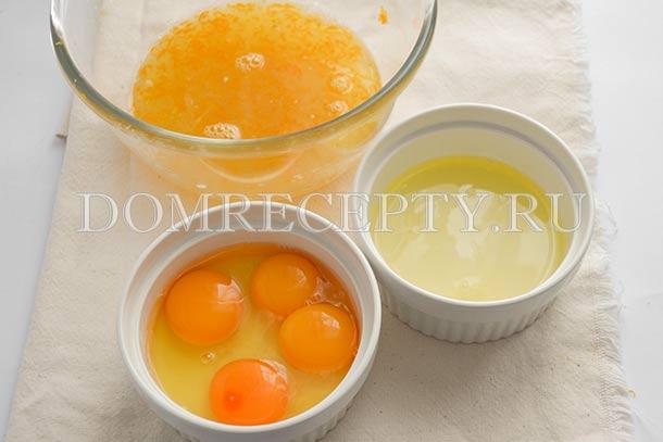 Соединяем желтки и целые яйца