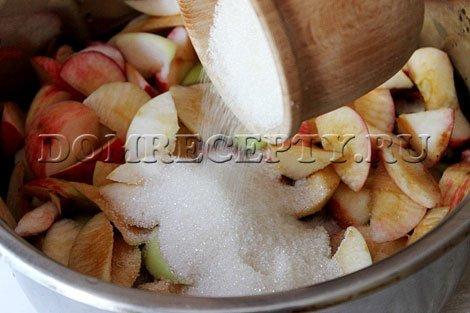 Шаг 2 - Засыпаем яблоки сахаром, оставляем на ночь