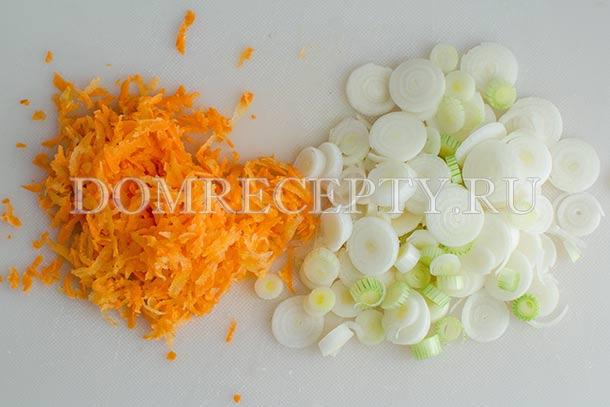 Натираем морковь, нарезаем лук