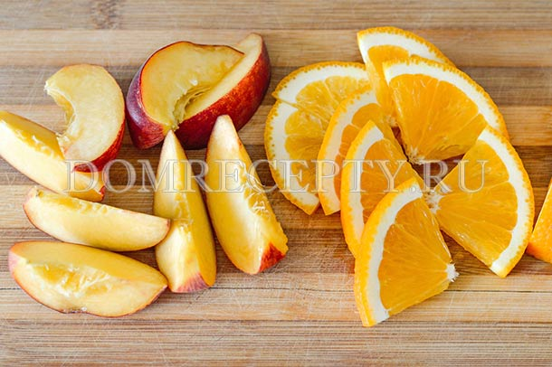Нарезаем персик и апельсин