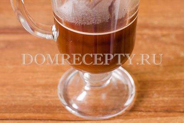Процеженный кофе переливаем в высокую чашку