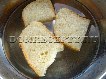 Замачиваем хлеб в воде или молоке
