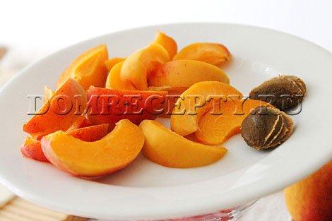 Шаг 2 - Нарезаем абрикосы на дольки