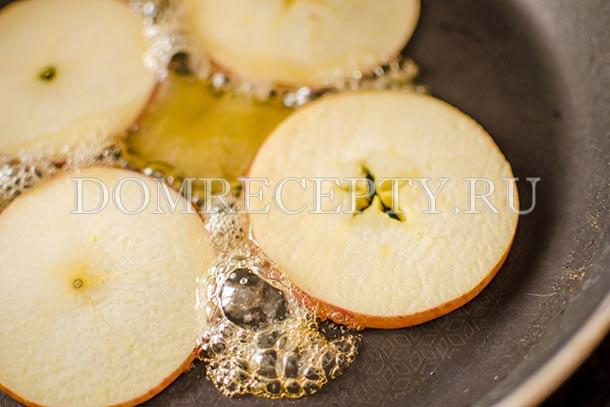 Добавляем мед к нарезанным яблокам