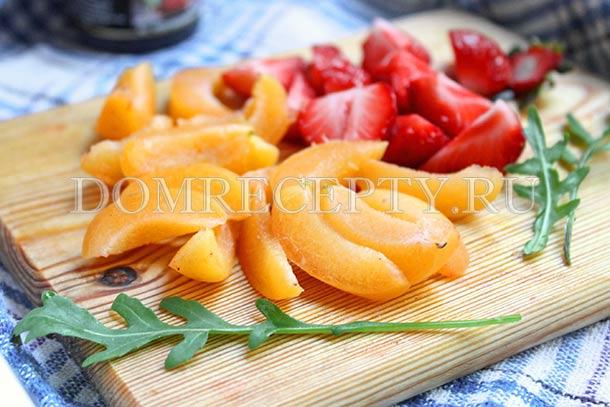 Нарезаем клубнику и абрикосы