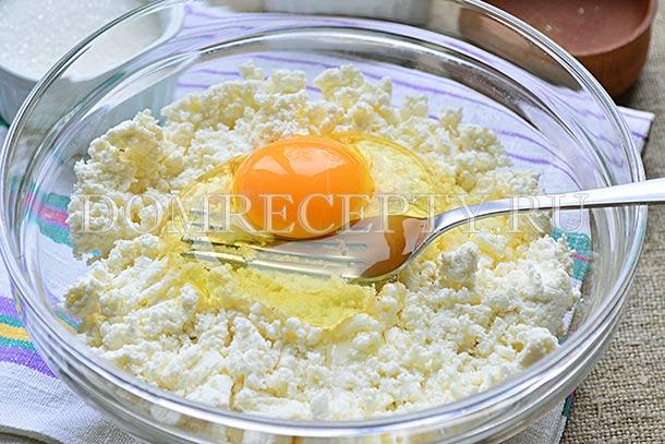 Добавляем яйцо, перемешиваем