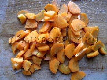 Чистим и режем морковь
