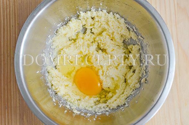Взбиваем, поочередно добавляем яйца