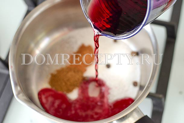 Смешиваем специи, добавляем вино