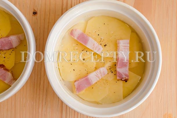 В формы укладываем слой картофеля и грудинку