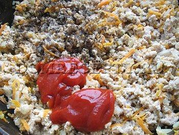 Шаг 3 - Добавляем специи и томатную пасту, заливаем водой