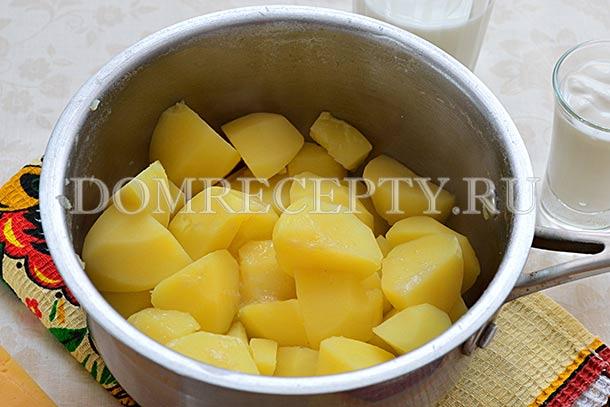С готового картофеля сливаем всю воду