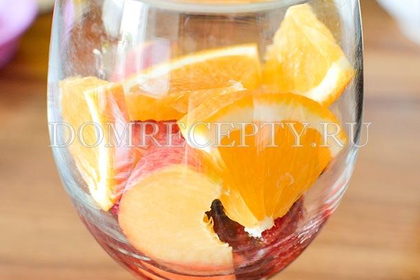 Раскладываем кусочки фруктов по бокалам