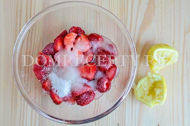 Добавляем сахар и лимонный сок