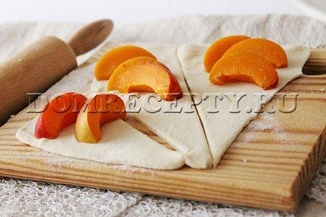 Шаг 3 - Нарезаем тесто на треугольники, выкладываем начинку