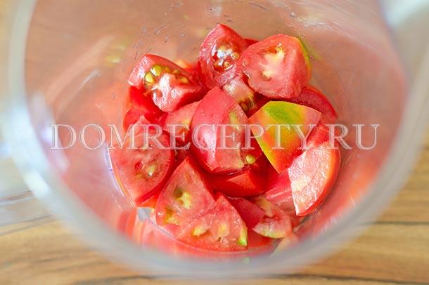 Измельчаем помидоры в блендере