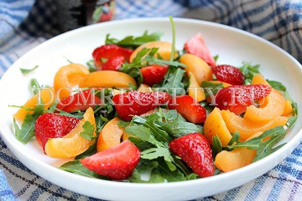 Выкладываем фрукты на рукколу