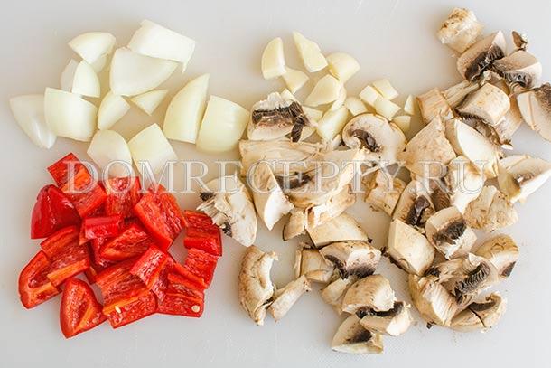 Нарезаем перец, шампиньоны, лук и чеснок