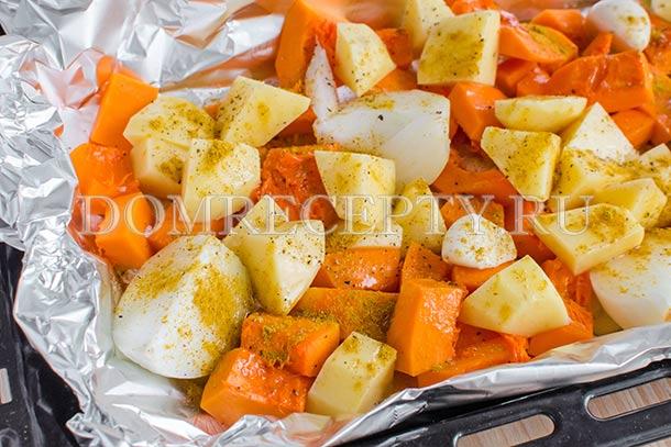 Выкладываем овощи на противень, посыпаем карри
