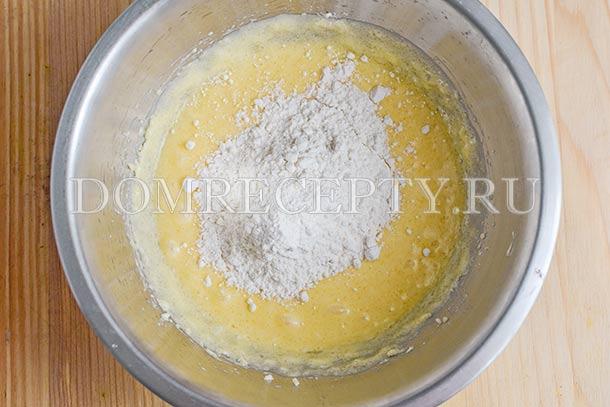 По частям добавляем муку, смешанную с содой и разрыхлителем