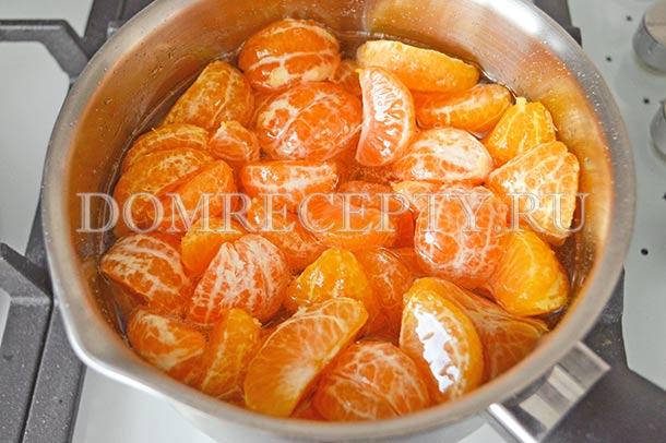 Добавляем очищенные от кожуры мандарины