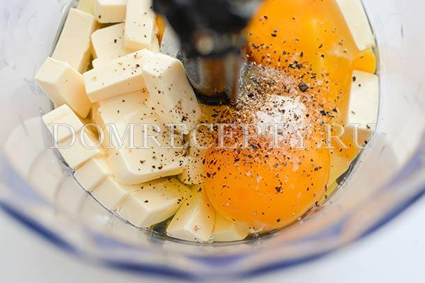 Отправляем в блендер нарезанный сыр, яйца, перец и соль